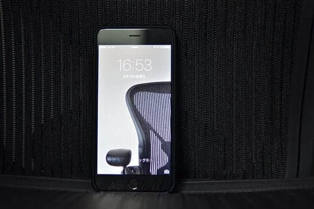 iPhoneの壁紙もアーロンチェア