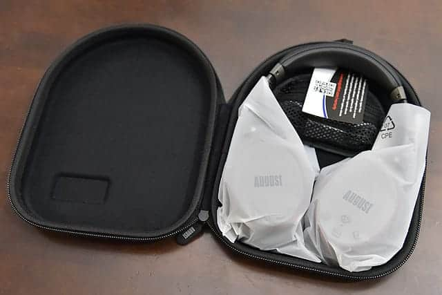 収納バッグの中には、ヘッドホン本体とミニポーチが入ってました。