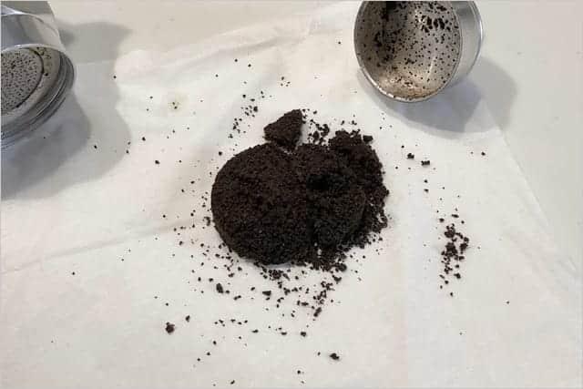 コーヒーの粉はティッシュに丸めて三角コーナーへ
