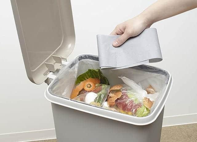 生ゴミが入ったくさいゴミ箱に、紙タイプの脱臭炭