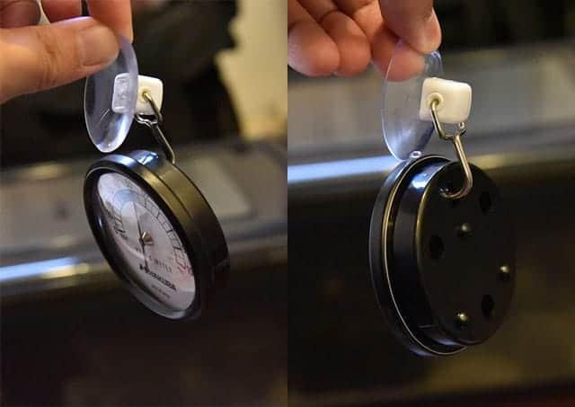 スイング吸盤フックを湿度計にセット