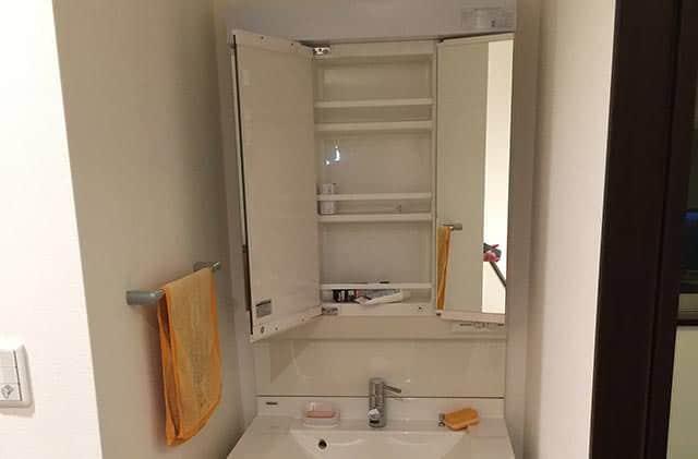 洗面台の扉が開いてものが落下