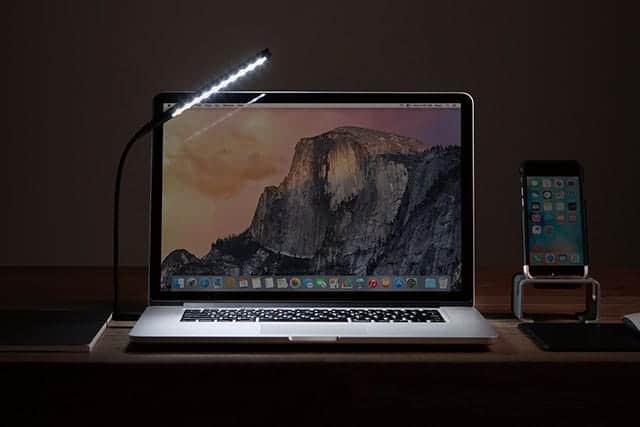 MacBookの周りを優しく照らすUSB接続LEDライト 手元明るく疲れ目防ぐ便利モノ