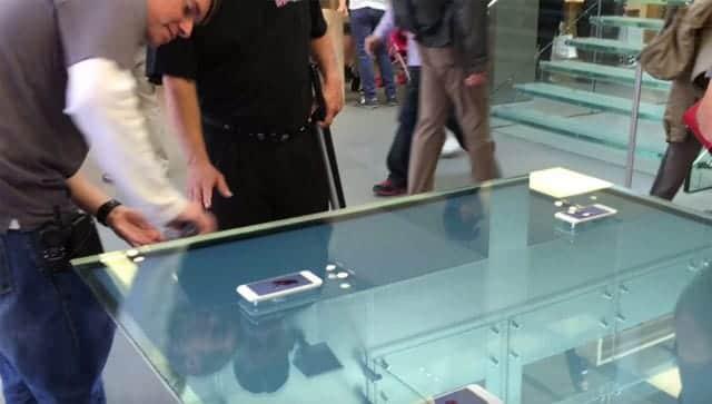テーブルを拭きまくるApple Storeのスタッフ