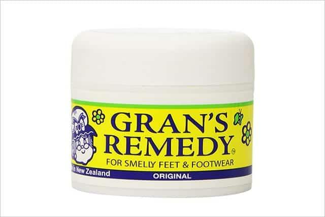 靴が臭いから足も臭い!! 靴の気になるニオイには20年以上も売れ続けている魔法の消臭パウダーが効く!!!