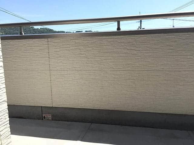 高圧洗浄機でキレイになったベランダの壁