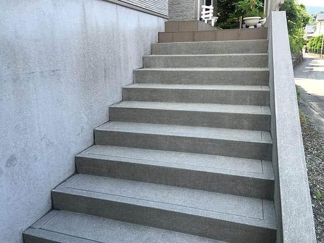 洗浄後の玄関前のコンクリート階段