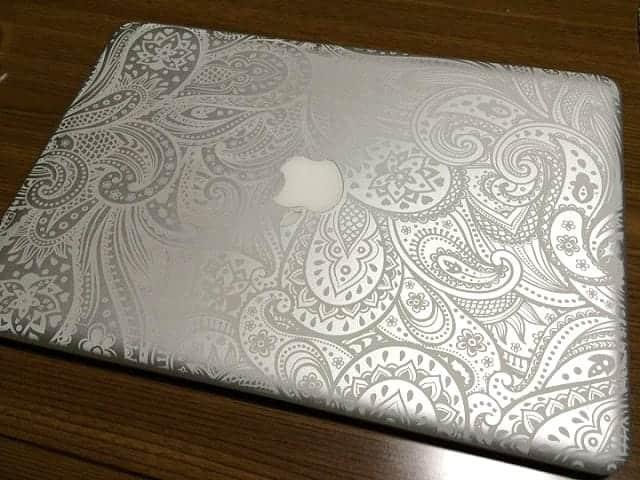 MacBookにシールはもう古い。レーザー刻印で完全オリジナルにカスタマイズ!ドヤラーも満足間違いなし。iEngrave