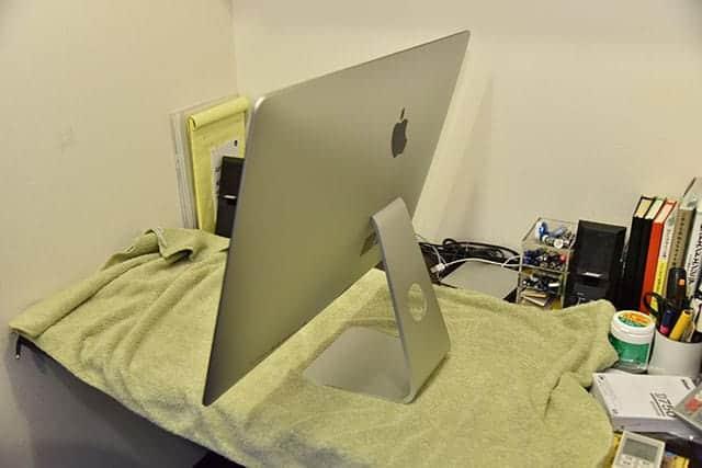 iMacに挿さっているケーブル類を全て外して布を敷きます