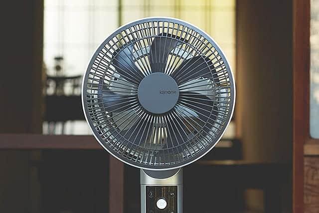 おっ!カッコいい。コンパクトで使い勝手の良いDCモーター扇風機『kamomefan(カモメファン)』
