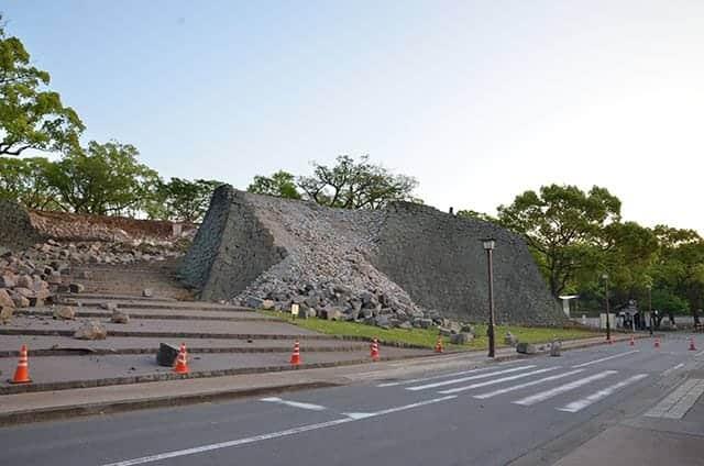 崩落した二ノ丸御門跡の石垣