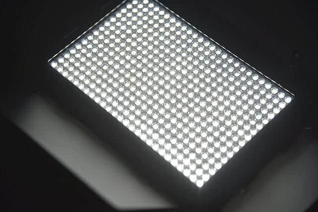 初めてのビデオ用LEDライト購入。410球で大光量!軽量コンパクトでバッテリーでもコンセントでもOK