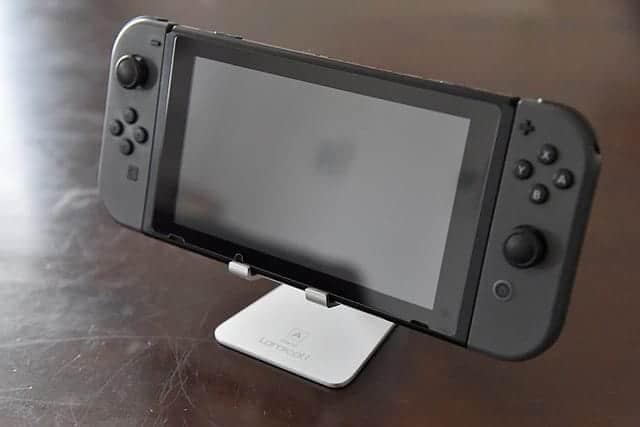 Nintendo SwitchをのせたLomicallのスタンド