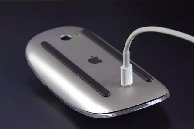 ありえないわぁ。Magic Mouse 2 充電している様子が滑稽すぎる