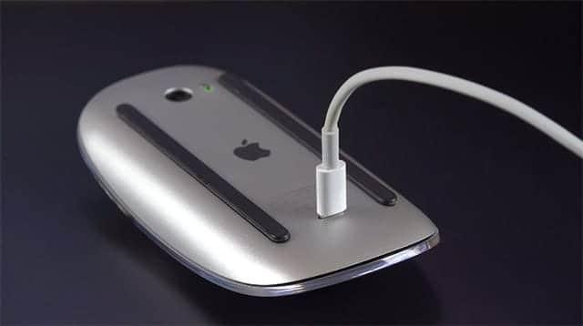 充電中のMagic Mouse 2