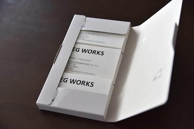 紙ケースの中身は名刺が3等分されてます