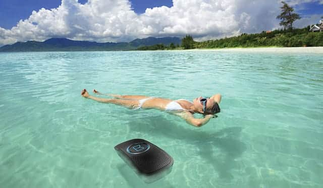海に浮かべて使えるMonster 24K SUPERSTAR BACKFLOAT ワイヤレスポータブルスピーカー