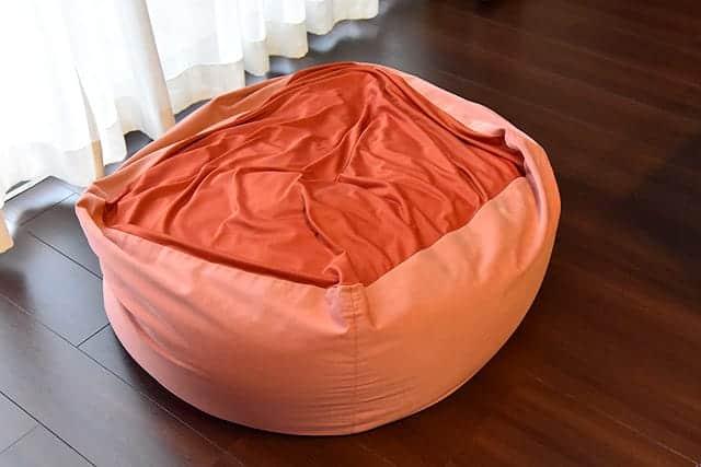 へたってカバーの色もあせてる体にフィットするソファ