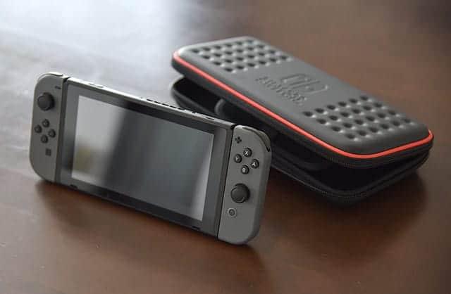 Nintendo Switch 本体とホリのケース