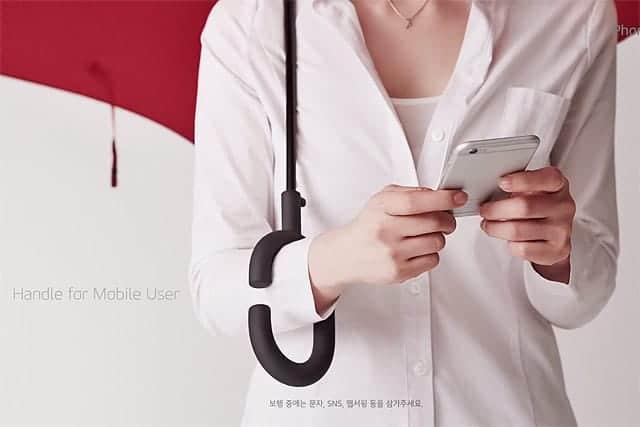 スマートフォン時代の傘の取っ手はこれで決まりだな『Phone - brella』