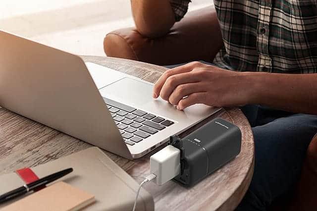 ACコンセントも使えるRAVPowerスタンド型モバイルバッテリー。20100mAhでNintendo Switchも充電可能