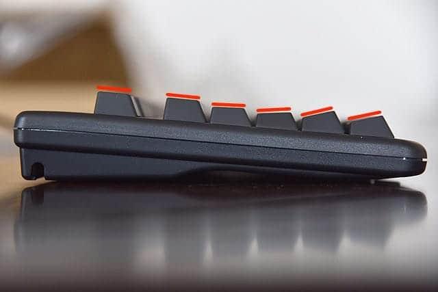 横から見た形が指の動きに合わせて列毎に異なるステップスカルプチャータイプです。