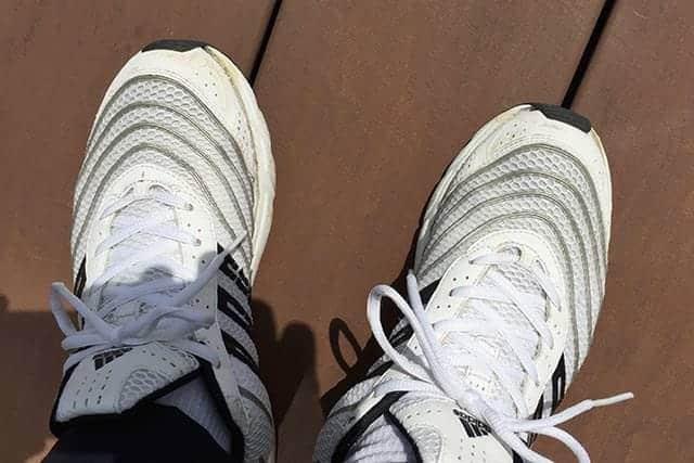 シューグーを接着後、全体になじませるように靴を履いてみる