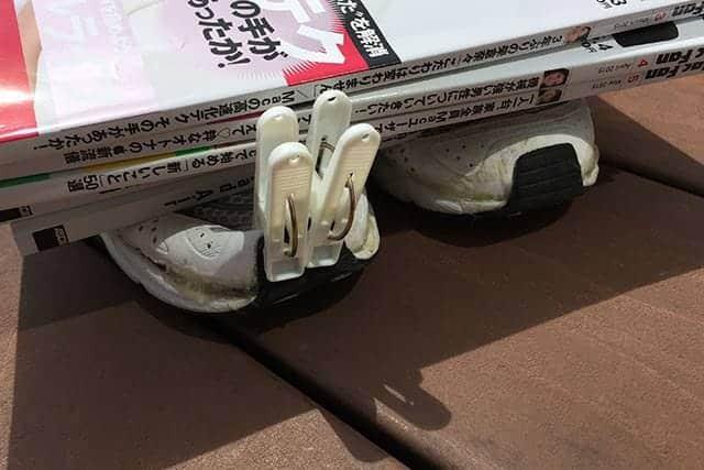 靴のつま先を洗濯バサミで挟んで硬化を待ちます