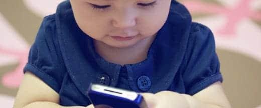 赤ちゃんとスマートフォン