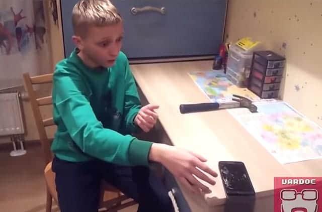 スマートフォンの強度テストを行った少年の結果