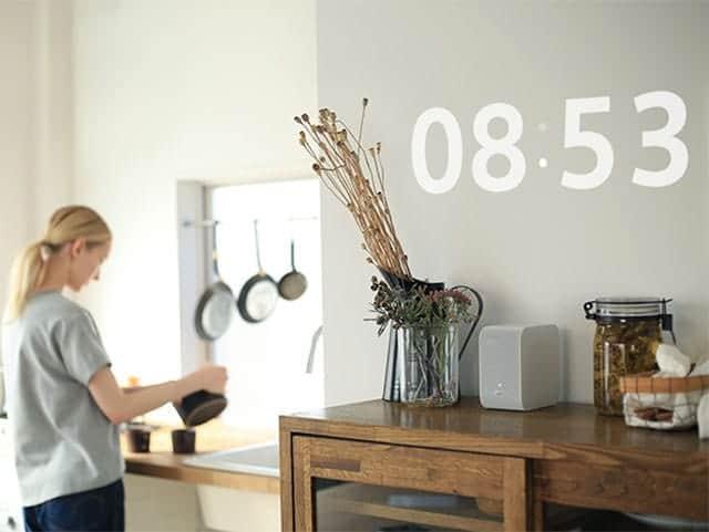 部屋の壁に時計を投影