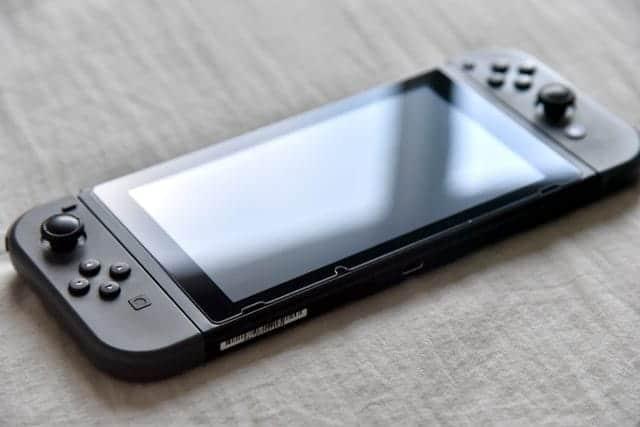 ドックの出し入れ傷が目立ってきたので、Nintendo Switchの液晶保護フィルター(ガラス)を貼りました。
