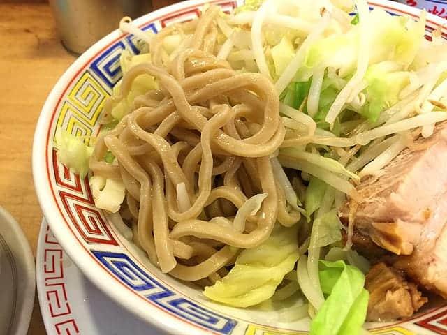 太めの縮れ麺