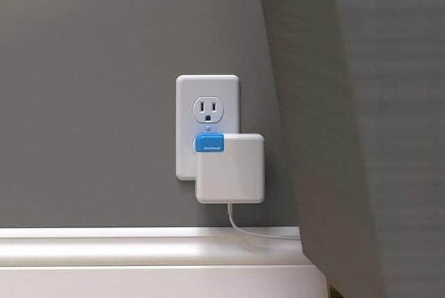 Apple純正の電源アダプタを横向きで刺せる!省スペース化できる横向充電変換プラグ『Blockhead』