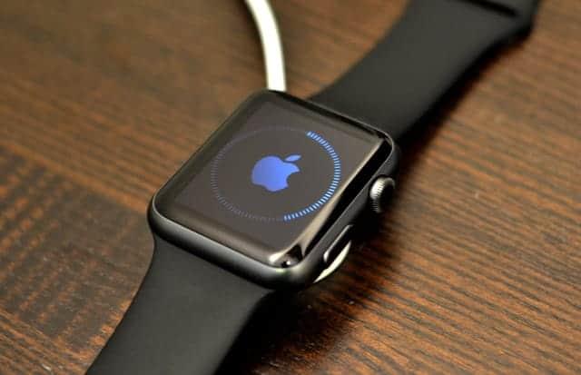 Apple Watchを充電器に接続する