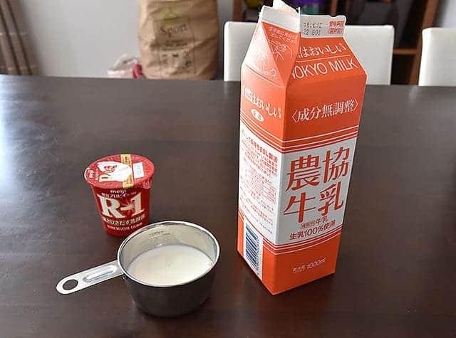 R1ヨーグルトと成分無調整の牛乳と計量カップ
