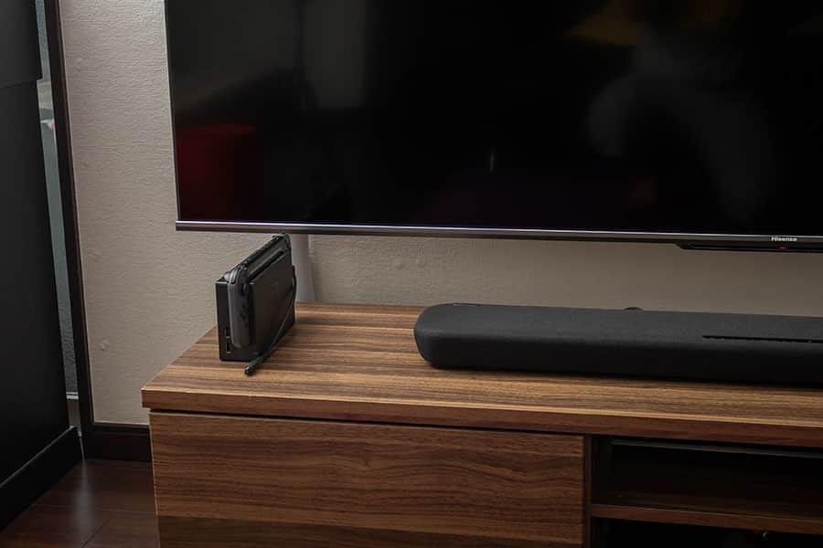 Nintendo Switchをテレビ台の上に載せたらより目立ちにくくなった