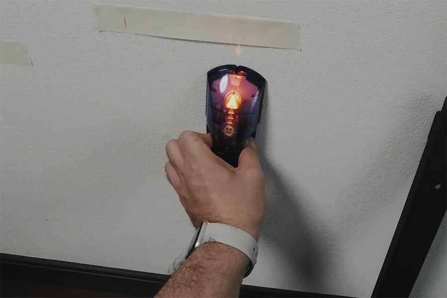 下地センサーで間柱の位置を確認する