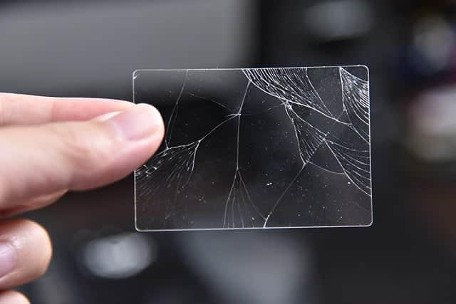 ガラスがまがってるのかと思ってちょっと曲げたら割れた