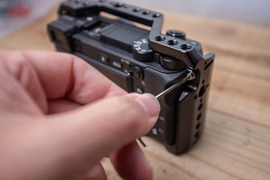 付属のネジを右側のショルダーストラップの取り付け穴に締める
