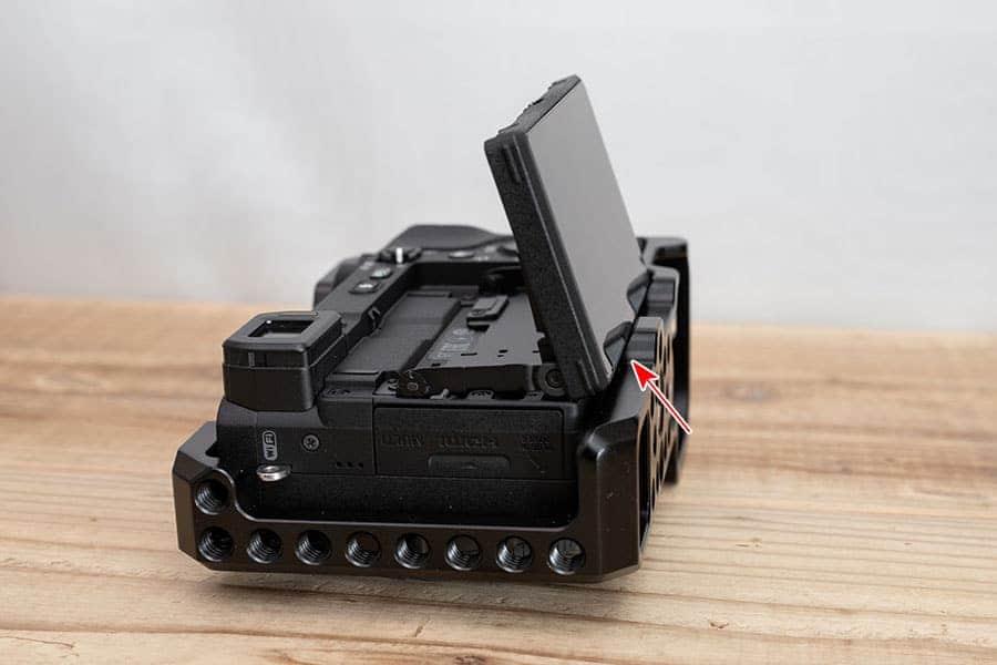 専用リグを取り付けたα6400 液晶モニターを手前に立てた写真