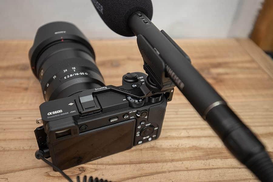 長いマイクを使う場合、カメラの真上じゃなくずらして設置できる