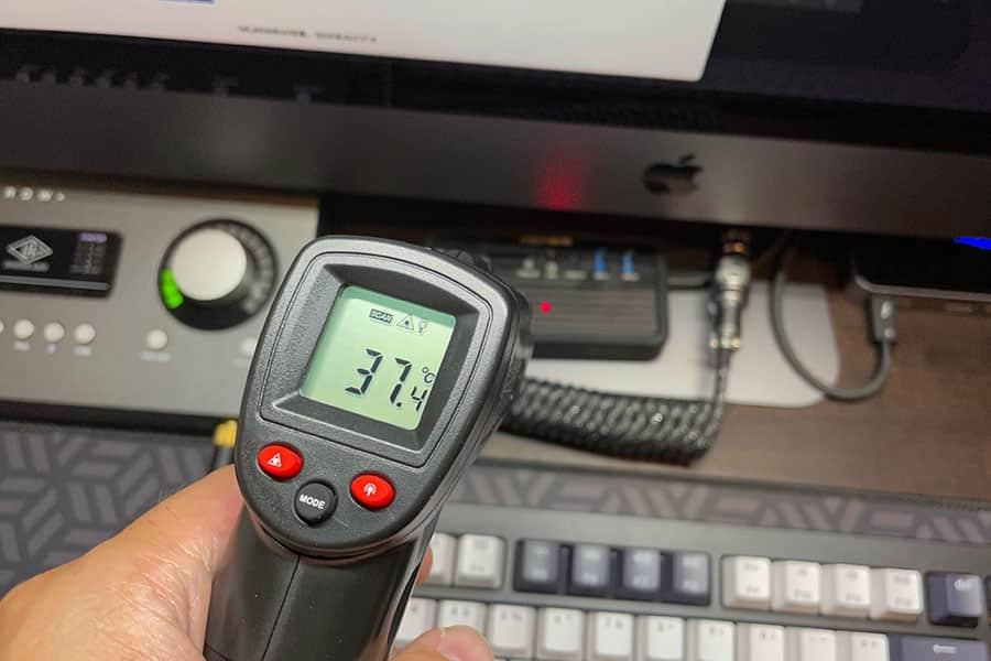 ACASIS 熱伝導シートを貼り付けた後のケース外側の熱さは約37度