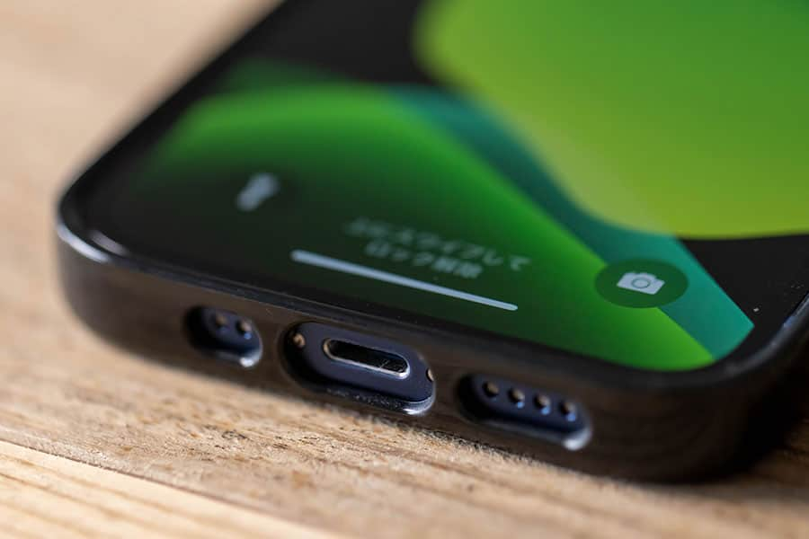 iPhone 12 miniに装着 ケーブル差し込み口とスピーカー周り