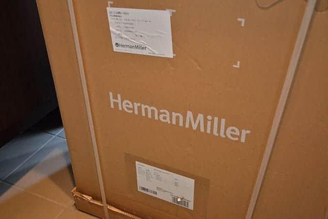 ダンボールにはHermanMillerの文字が