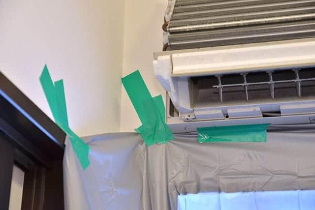 養生テープとミニバイクカバーを使ってエアコンを養生する