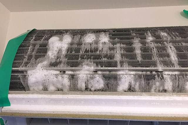 エアコン掃除の仕上げにエアコン洗浄スプレーを使う