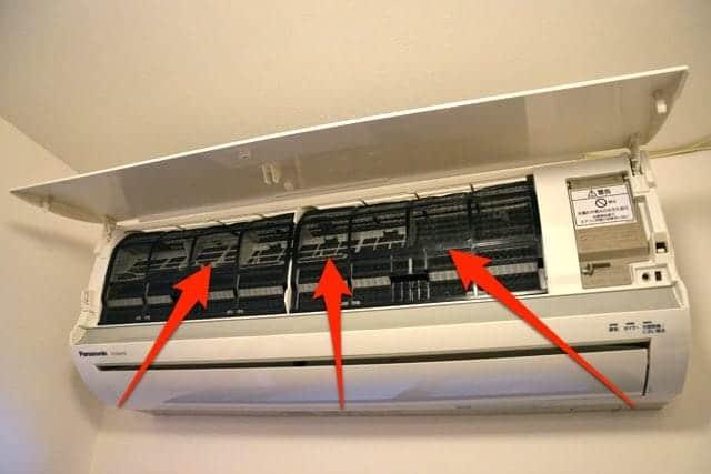 エアコンの前面パネルを開け全体にスプレーしました。