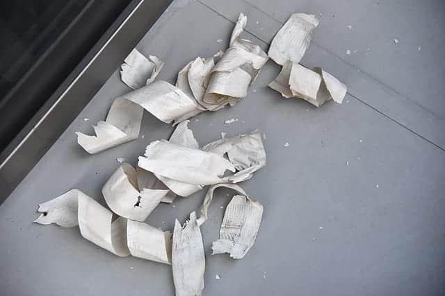 剥がれた粘着テープたち