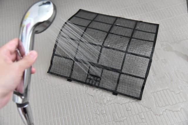 フィルターを洗っている写真